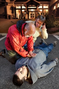 Helfen Sie nach einem Frontalunfall den Verletzten und rufen Sie die Rettung.