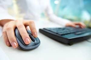 Auf die theoretische Führerscheinprüfung vorbereiten: Am Computer können Sie die Prüfungsfragen üben.