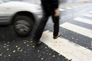 Haben Sie einen Fußgänger angefahren, können verschiedene Folgen auf Sie zukommen.