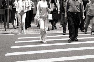 Auch Fußgänger erhalten eine Strafe, wenn sie bei roter Ampel die Straße überqueren.