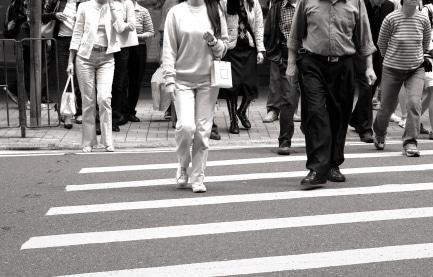 In der Fußgängerzone haben Fußgänger Vorrang.