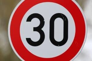 Geblitzt: Eine Tempo-30-Zone ist häufig mit einem Blitzer ausgestattet.
