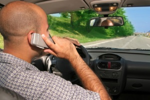 Geblitzt und das Handy am Ohr? Telefonieren ist im Auto nicht erlaubt.