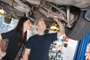 Gebrauchte Autos kaufen: Sie sollten vorher auch den Unterboden auf Rost kontrollieren.