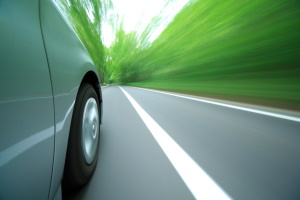 Richtig reagieren bei einem Gefälle: Das Straßenschild sollte insbesondere in Bezug auf Tempo und Bremsung beachtet werden.
