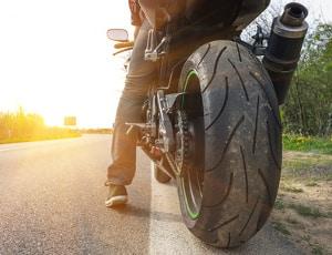 Bei der Gefahrenbremsung mit dem Motorrad ist besondere Vorsicht geboten, da es sonst zu einem Sturz kommen kann.