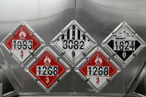 Unterschiedliche Gefahrgutzeichen am LKW