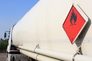 Eine ausreichende Gefahrgutkennzeichnung ist auch bei einem Tanklaster vorgeschrieben.