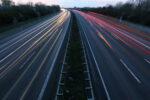 Geschwindigkeit auf der Autobahn bei Dämmerung