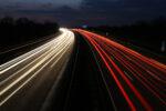Geschwindigkeit auf der Autobahn bei Nacht