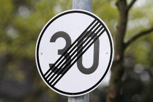 Mit solch einem Verkehrszeichen gilt eine Geschwindigkeitsbegrenzung als aufgehoben - es gibt dafür aber auch andere Wege.