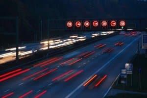 Wie ist die Geschwindigkeitsbegrenzung außerorts geregelt?