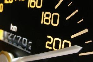 Der Geschwindigkeitsindex bei Reifen gibt an, wie schnell das Auto fahren darf.