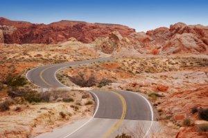 Geschwindigkeitsüberschreitung im Ausland: Die erlaubte Höchstgeschwindigkeit ist von Land zu Land verschieden.