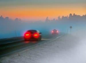 Eine Geschwindigkeitsüberschreitung bei Nebel und anderen Sichtbehinderungen ist besonders gefährlich.