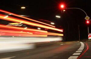 Bei einer Geschwindigkeitsüberschreitung oder einem Rotlichtverstoß erhalten Sie einen Anhörungsbogen