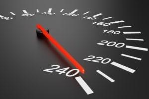 Ein Fahrer gilt ab einer gewissen Geschwindigkeitsüberschreitung in der Schweiz als Raser.
