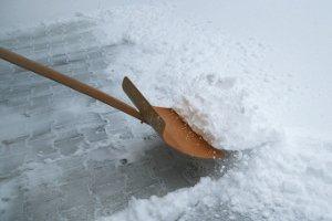 Winterlandschaft: Was in der Natur schön ist, kann Gehwege gefährlich machen - sie müssen geräumt werden. Deshalb schreibt das Gesetz das Schneeräumen vor