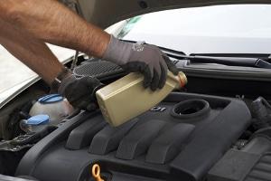 Das Getriebeöl wechseln: Autos mit Automatik benötigen dies häufiger.