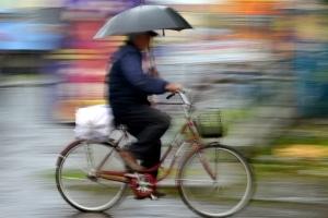 Bei Gewitter ist das Radfahren gefährlich.