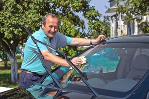 Wie können Sie Glaskratzer entfernen? Beim Auto können leichte Schäden ausgebessert werden.