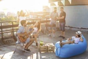 Grillen auf dem Balkon ist im Sommer vor allem bei jungen Leuten beliebt.