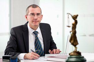 Wenden Sie sich an einen Anwalt, wenn Sie Fragen zum Haftungsausschluss beim Autoverkauf haben.