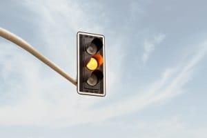"""Auch wenn Sie """"nur"""" bei einer gelben Ampel die Haltelinie überfahren, kann ein Bußgeld folgen."""