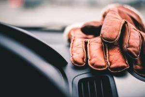 Kommt es zu einem Unfall, können Sie Handschuhe beim Autofahren teuer zu stehen kommen.