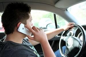 Das Handy am Steuer zu benutzen ist verboten, da es vom Fahren ablenkt und damit die Sicherheit im Straßenverkehr beeinträchtigt