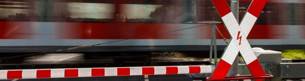 Bahnübergang mit Andreaskreuz und/oder Schranken