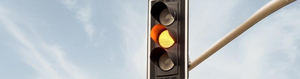 Bei Gelb über die Ampel gefahren: Mögliches Bußgeld