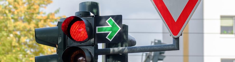 Grüner Pfeil an roter Ampel: Das müssen Sie beachten