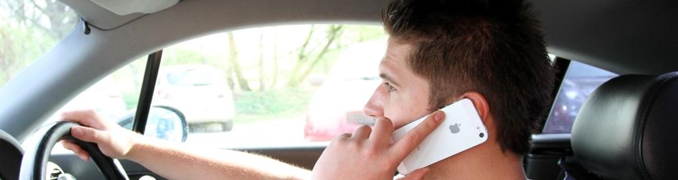 Handy am Steuer: Kann ein Fahrverbot verhängt werden?