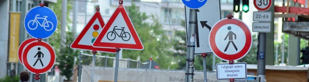 Andreaskreuz: Welche Verkehrsregeln gibt dieses Schild am Bahnübergang vor?
