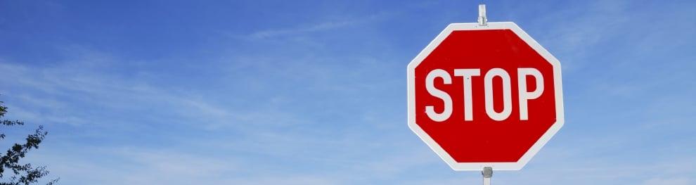 Das Stoppschild in der StVO: Welche Regeln und Sanktionen gelten hier?