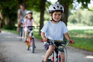 Ein fehlender Helm wirkt sich in der Regel nicht auf das Schmerzensgeld bei einem Fahrradunfall aus.
