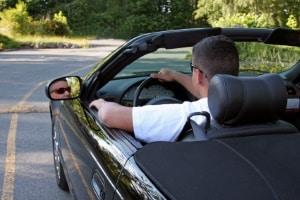 Eine Helmpflicht für ein Cabrio gibt es nicht.