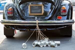Traditionell wird ein Hochzeitsauto mit Blumenschmuck und Blechdosen dekoriert.