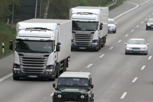 Die Höchstgeschwindigkeit auf der Autobahn für Lkw beträgt 80 km/h.