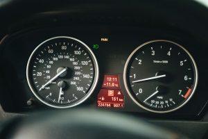 Die zulässige Höchstgeschwindigkeit ist in Dänemark auf der Autobahn von der Art des Fahrzeugs abhängig.