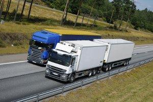 Die Höchstgeschwindigkeit für Lkw auf der Landstraße beträgt 80 km/h.