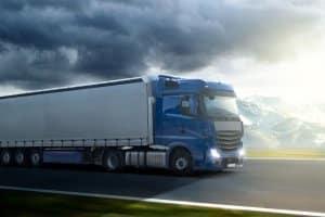 Die Höchstgeschwindigkeit für Lkw auf der Landstraße liegt bei 60 bzw. 80 km/h.
