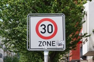 Die zulässige Höchstgeschwindigkeit kann per Schild angegeben werden.