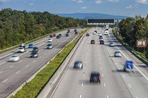 Eine Höchstgeschwindigkeit auf der Schnellstraße (Autobahn) gibt es in Deutschland für Pkw nicht.