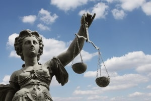 Die Entscheidung über die Höhe des Schmerzensgeldes bei einem Schleudertrauma fällt ein Richter.