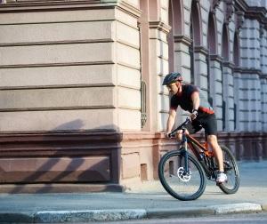 Künftig gibt es höhere Bußgelder für Rad- und E-Scooter-Fahrer. So wie hier sollten Sie also nicht fahren.