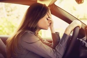 Treten Nebenwirkungen wie starke Müdigkeit und Schwindel nach der Einnahme von Ibuprofen 800 auf, ist Autofahren keine gute Idee.