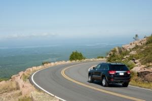 Mit welchen Sanktionen müssen Autofahrer rechnen, die unerlaubt in einer scharfen Kurve parken?