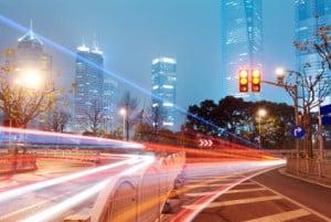 Geschwindigkeitsüberschreitung innerorts: Beim Autofahren in der Stadt müssen Sie besonders aufmerksam sein.